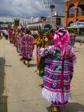 Participantes que desfilan con ofrendas de la fruta imagen de archivo
