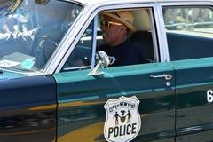Participantes que montan el coche durante el 34to desfile anual de la sirena en Coney Island Imagenes de archivo