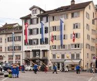 Participantes suizos de la celebración del día nacional en la ciudad vieja de Zurich Imágenes de archivo libres de regalías