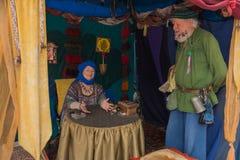 Participantes vestidos en traje medieval Fotos de archivo libres de regalías