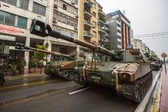 Participantes y equipo militar durante desfile militar en la festividad nacional Foto de archivo libre de regalías