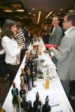 Participantes y visitantes a la exposición del negocio de fabricantes y de proveedores de vinos y de la comida italianos vinitaly Imagenes de archivo