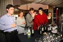 Participantes y visitantes a la exposición del negocio de fabricantes y de proveedores de vinos y de la comida italianos vinitaly Imágenes de archivo libres de regalías