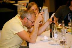 Participantes y visitantes a la exposición del negocio de fabricantes y de proveedores de vinos y de la comida italianos vinitaly Fotografía de archivo
