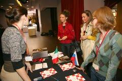 Participantes y visitantes a la exposición del negocio de fabricantes y de proveedores de vinos y de la comida italianos vinitaly Imagen de archivo