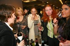 Participantes y visitantes a la exposición del negocio de fabricantes y de proveedores de vinos y de la comida italianos vinitaly Fotos de archivo libres de regalías
