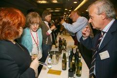 Participantes y visitantes a la exposición del negocio de fabricantes y de proveedores de vinos y de la comida italianos vinitaly Foto de archivo libre de regalías