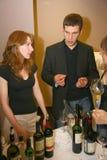 Participantes y visitantes a la exposición del negocio de fabricantes y de proveedores de vinos y de la comida italianos vinitaly Foto de archivo