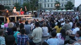 Participants annuellement (9-12 juillet) au 28ème festival international des théâtres de rue banque de vidéos