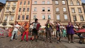 Participants annuellement (9-12 juillet) au 28ème festival international des théâtres de rue clips vidéos