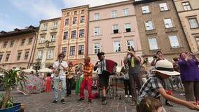 Participants annuellement (9-12 juillet) au 28ème festival international des théâtres de rue - Orchestre clips vidéos