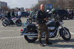 Participants aux motocyclistes se réunissant à Bucarest Image libre de droits