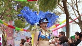 Participants colorés de festival de défilé de Carnaval de carnaval banque de vidéos