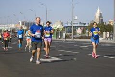 Participants de pont criméen de Krymsky de 5ème de Moscou croix de marathon Photographie stock