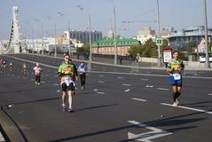 Participants de pont criméen de Krymsky de 5ème de Moscou croix de marathon Image stock