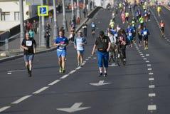 Participants de pont criméen de Krymsky de 5ème de Moscou croix de marathon Photos stock
