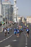 Participants de pont criméen de Krymsky de 5ème de Moscou croix de marathon Photographie stock libre de droits