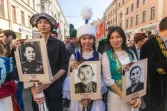 Participants de régiment immortel - action publique, pendant laquelle les participants ont porté des bannières Photographie stock libre de droits