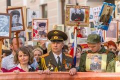 Participants de régiment immortel - action publique, pendant laquelle les participants ont porté des bannières Photos stock