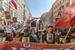 Participants de régiment immortel - action publique, pendant laquelle les participants ont porté des bannières Photo libre de droits