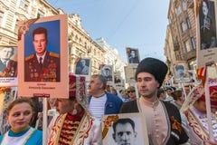 Participants de régiment immortel - action publique, pendant laquelle les participants ont porté des bannières Photographie stock