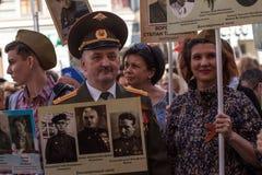 Participants de régiment immortel - action publique, pendant laquelle les participants ont porté des bannières Image libre de droits