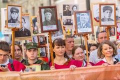 Participants de régiment immortel - action publique, pendant laquelle les participants ont porté des bannières/portraits Photos stock