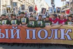 Participants de régiment immortel - action publique, pendant laquelle les participants ont porté des bannières/portraits Photographie stock libre de droits