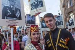Participants de régiment immortel - action publique, pendant laquelle les participants ont porté des bannières/portraits Image libre de droits
