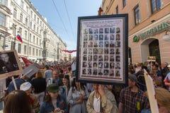 Participants de régiment immortel - action publique, pendant laquelle les participants ont porté des bannières/portraits Images libres de droits