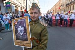 Participants de régiment immortel - action publique, pendant laquelle les participants ont porté des portraits de leurs parents Photo libre de droits