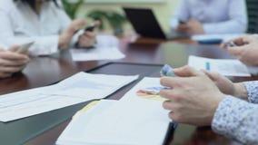 Participants de réunion opérationnelle essayant le nouveau service en ligne de société sur des téléphones portables banque de vidéos