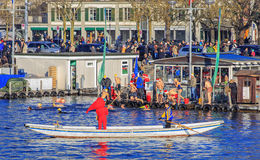 Participants de Zurich Samichlaus-Schwimmen sautant dans l'eau Photographie stock libre de droits