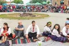 Participants des jeux de Nestenar dans des costumes nationaux dans le village de Bulgari, Bulgarie Images libres de droits