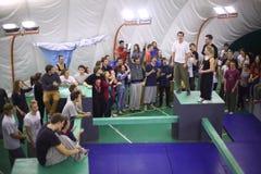 Participants du 5ème concours de parkour à déplacer à l'université Photos stock