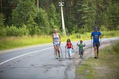 Participants (enfants : Nikolay Dubinin /4, Darja Zhochkina /6) pendant des concours dans la marche de nordic consacrée au jour d Images stock