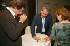 Participants et visiteurs à l'exposition d'affaires des fabricants et des fournisseurs des vins et de la nourriture italiens vini Images libres de droits