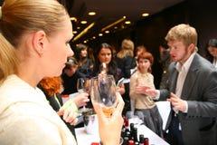 Participants et visiteurs à l'exposition d'affaires des fabricants et des fournisseurs des vins et de la nourriture italiens vini Image stock