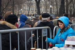 The participants of the funeral of Boris Nemtsov distribute mourning candles Royalty Free Stock Photography
