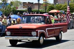 Participants montant la voiture pendant le trente-quatrième défilé annuel de sirène chez Coney Island Photo stock