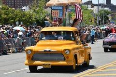 Participants montant la voiture pendant le trente-quatrième défilé annuel de sirène chez Coney Island Images libres de droits