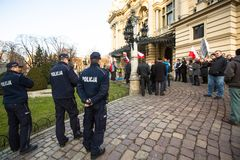 Participants non identifiés pendant la protestation près de l'opéra de Cracovie, contre amener les troupes russes en Crimée Photo stock