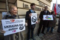Participants non identifiés pendant la protestation près de l'opéra de Cracovie, contre amener les troupes russes en Crimée Photographie stock