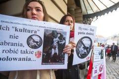 Participants non identifiés pendant la protestation près de l'opéra de Cracovie, contre amener les troupes russes en Crimée Image libre de droits