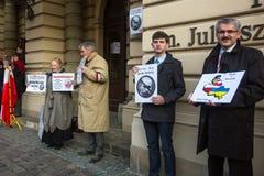 Participants non identifiés pendant la protestation près de l'opéra de Cracovie, contre amener les troupes russes en Crimée Images libres de droits