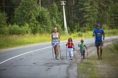 Participants pendant des concours locaux dans la marche de nordic consacrée au jour de H Image libre de droits