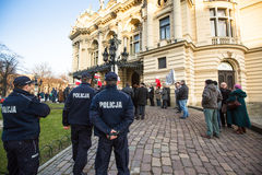 Participants pendant la protestation près de l'opéra de Cracovie, contre amener les troupes russes en Crimée Photos libres de droits