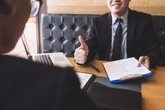 Participation d'employeur ou de recruteur lisant un résumé pendant environ le sien photographie stock