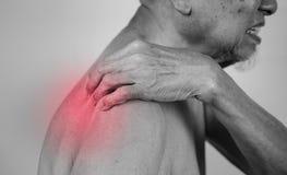 Participation d'homme supérieur qu'il épaulent sur le secteur de douleur effet rouge photographie stock