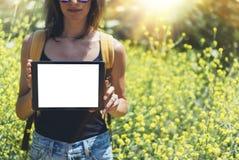 Participation de hippie de vue de nature dans la tablette de mains Voyageur de fille à l'aide de l'instrument sur la fusée du sol images stock